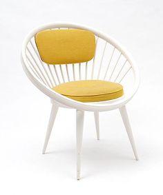 Witgelakte houten Circle Chair met oranje stoffen bekleding ontwerp Yngve Ekström 1958 uitvoering Stol AB / Zweden