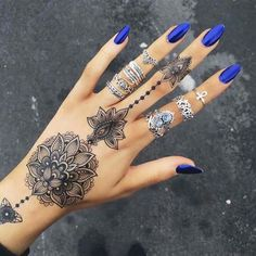 Are you looking for some simple and awe-inspiring Mehndi Designs? Take inspiration from these beautiful and easy to recreate Henna designs from our awesome collection. Henna Tattoo Designs, Mehndi Designs, Nail Designs, Tattoo Designs For Women, Finger Tattoos, Body Art Tattoos, Cool Tattoos, Et Tattoo, Piercing Tattoo