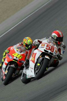 Valentino Rossi and Marco Simoncelli(RIP) two champions, but sadly simoncelli never had time to prove it. Motogp Valentino Rossi, Valentino Rossi 46, Gp Moto, Moto Bike, Motorcycle Racers, Racing Motorcycles, Course Moto, Grand Prix, Circuit Of The Americas