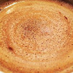 Burbujitas en el café... Sin un café la mañana está incompleta  #coffee #cafe #coffeelover #desayuno #breakfast #cafeina #mantelacuadros