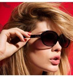 Les beaux jours arrivant, protégez vos yeux avec style grâce à cette paire de lunettes qui s'inscrit parfaitement dans la tendance actuelle avec ses verres ovales et fumés, légèrement dégradés. De plus, une surprise exclusive vous est offerte : un sublime mascara noir de la marque Marie Claire. 47,50€
