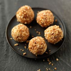 Découvrez la recette Truffes au chocolat blanc et éclats de noisettes sur cuisineactuelle.fr. Chocolate Truffles, Chocolate Lovers, Nutella, Easy Cooking, I Love Food, Sweet Recipes, Food And Drink, Yummy Food, Treats