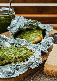 Zalm met pesto - Zalmfilet, royaal ingesmeerd met pesto, en papilotte bereid in de oven.