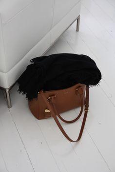 Homevialaura | Visiting the beautiful home of 5kulma.com | white wooden floor | Lauren Ralph Lauren handbag | Balmuir Helsinki scarf