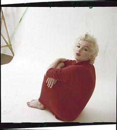 Marilyn Monroe by Milton Greene, red sweater sitting Marilyn Monroe And Audrey Hepburn, Marilyn Monroe Photos, Milton Greene, Becoming An Actress, Joe Dimaggio, Norma Jeane, York, Pin Up Style, Famous Women