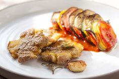 Ooit geprobeerd om je aardappels te pletten voordat je ze bakt? Ze worden er lekker krokant van. In combinatie met de ratatouille heb je een waar feestmaal. Ratatouille, Om, Potatoes, Meat, Potato