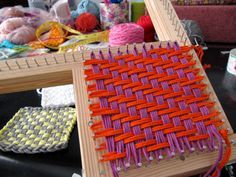 Tejido telar con 4 hebras                                                                                                                                                                                 Más Weaving Textiles, Weaving Art, Weaving Patterns, Loom Weaving, Potholder Loom, Potholder Patterns, Loom Knitting Projects, Weaving Projects, Rug Loom