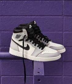 Basketball Sneakers, Sneakers Nike, Sneakers Fashion, Nike Shoes, Wattpad, Work Gloves, Organic Sugar, Types Of Food, Jordan 1