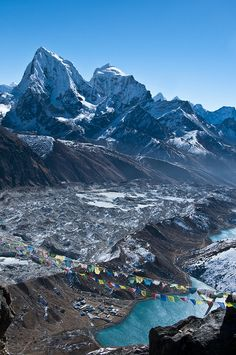 Gokyo lakes with view on Cholatse and Tobuche in Kumbhu region, Nepal (by David Ducoin).