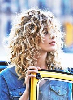 Pelo rizado con flequillo: fotos de los cortes de pelo - Melena muy rizada con flequillo largo