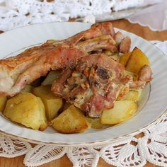 CAPRETTO AL FORNO CON PATATE ricetta furba Mary Berry, Roasted Vegetables, Potato Salad, Lamb, Berries, Food And Drink, Beef, Cheese, Chicken