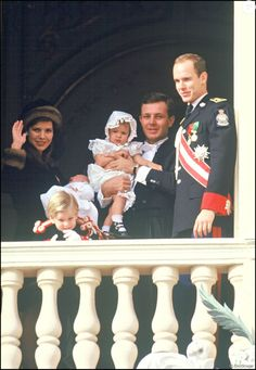 La princesse Caroline de Monaco et son mari Stefano Casiraghi avec leurs enfants Charlotte, Pierre (tout bébé) et Andrea avec le prince Albert en novembre 1987 au balcon du palais princier lors de la Fête nationale monégasque. Devenu père à son tour le 28 février 2017 avec sa femme Beatrice Borromeo, Pierre Casiraghi a choisi de prénommer son fils Stefano, comme son père, décédé en 1990.
