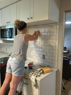 Kitchen Makeover subway tile backsplash step by step tutorial part one, how to, kitchen backsplash, kitchen design - A little bit of effort, and a whole lot of wow! Old Kitchen, Updated Kitchen, Kitchen Redo, Kitchen Tiles, Kitchen Backsplash Diy, Kitchen Cabinets, Design Kitchen, Country Kitchen, Kitchen Floor