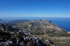 Der Wanderweg GR221 auf Mallorca führt durch das Naturjuwehl des Tramuntana Gebirges. Er durchzieht auf ca. 150km die Insel von West nach Ost. Provence, Free, Outdoor, Mountain Range, Island, Hiking, Majorca, Outdoors, Outdoor Games