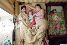 Photographer Jana Romanova spent five years photographing expectant young parents in their bedrooms. And this is just an adorable moment captured by a co-sleeping family. Couple Sleeping, Young Parents, Pregnant Couple, Couple Photography Poses, Maternity Photography, Parenting Teens, Beautiful Pictures, Babe, The Incredibles