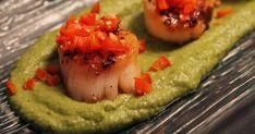 Découvrez cette recette de Jetons de pétoncles poêlés sur tapis de purée de pois vert et dés de poivron rouge pour 4 personnes, vous adorerez! Guacamole, Seafood, Ethnic Recipes, Bell Pepper, Mushy Peas, Sea Food