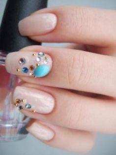 nude nail art - Everyday elegance with rhinestones!