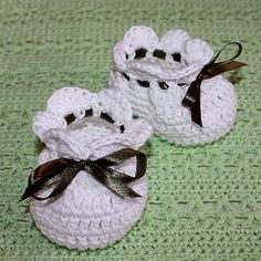 These are the sweetest, easiest little newborn booties! Free pattern @: Simply Cute Baby Booties by mon petit violon,