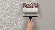 O papel de parede voltou a estar na moda, mas nem toda a gente gosta de o colocar, seja por preguiça ou por medo. Se te sentes identificado, hoje apresento-te uma excelente alternativa. Com estes rolos poderás pintar as tuas paredes com padrões.