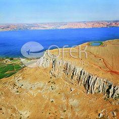 צילום אוירי של הר ארבל. הקליקו על התמונה וכנסו לגלריית צילומי האויר שלנו!