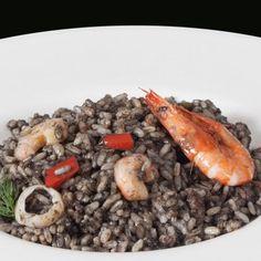 Arroz negro: Ponemos nuestra paellera a tu servicio para ofrecerte una ración de este delicioso arroz con calamar y gambas teñido con tinta de calamar y cocinado a fuego lento para otorgarle todo el sabor que te mereces. #arroces #saludable #comida