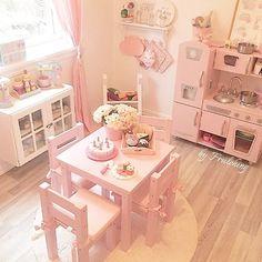 Bli med og vinn denne fine bursdagskaka og muffinsene i vårt samarbeid med flinke @frulehing (delta på hennes profil) Hun har virkelig laget et drømmerom for sine små prinsesser! Stolene og bordet er dessverre utgående i fargen rosa, og vi har bare noen få igjen på lager. Så vær rask om du vil sikre deg feks en stol Vi lager også dekor og navn til stolene. Passer perfekt som dåpsgave eller bursdagsgave #kidsparadise #hoppekids #barnerom #lekerom #lekemat #barnestol #lekekjøkken ...
