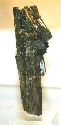 pictures of japanese gems and minerals | Epidote occurs commonly in the crystalline metamorphic rocks ...