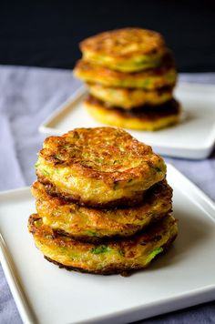 Zucchini fritters with carrot, red bell pepper and feta. A great twist on classic zucchini fritters. A perfect treat for parties! You can even make vegetarian burgers with these. Veggie Dishes, Veggie Recipes, Vegetarian Recipes, Cooking Recipes, Healthy Recipes, Vegetarian Burgers, Side Dishes, Zucchini Muffins, Zucchini Fritters