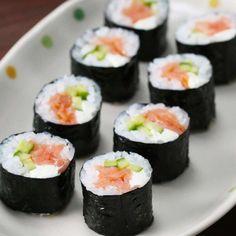 Spicy Tuna Roll Recipe by Tasty - Sushi Casero 2020 Tuna Sushi Recipe, Spicy Tuna Sushi, Sushi Roll Recipes, Spicy Tuna Roll, Tuna Roll Sushi, Sushi Sushi, California Roll Recipes, California Roll Sushi, California Rolls