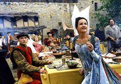 """La comédienne et réalisatrice Valérie Lemercier dans la cour du château comtal de Carcassonne pendant le tournage du film """"Les visiteurs"""", réalisé en 1993 par Jean-Marie Poiré. Photo: Gaumont"""