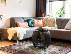 Een (oud) roze muur, welke kleur kies je?   Styled by Sabine Vintage Prints, Couch, Furniture, Home Decor, Settee, Decoration Home, Sofa, Room Decor, Home Furnishings