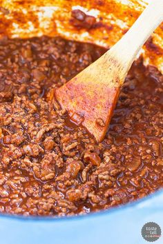 Beef chili is served over spaghetti and topped with beans, cheese and onion in this traditional Cincinnati Chili Recipe. Beef chili is served over spaghetti and topped with beans, cheese and onion in this traditional Cincinnati Chili Recipe. Best Chili Recipe, Chilli Recipes, Mexican Food Recipes, Beef Recipes, Soup Recipes, Cooking Recipes, Chili Recipe No Onions, Chilis Copycat Recipes, Chowder Recipes