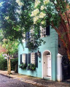 Pretty turquoise exterior, Tradd Street in Charleston, SC Charleston Style, Charleston Homes, Charleston Gardens, Carolina Do Sul, South Carolina Homes, Charleston South Carolina, Hippie Vintage, Beautiful Homes, Beautiful Places