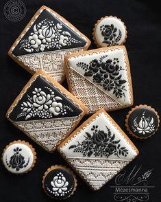 Hungarian pattern with royal icing.Love  #hungarianpattern #royalicing #tojashab #blackandwhite #black #white #cookies #gingerbread #gingerbreadcookies #mezesmanna #mezeskalacs #honey #mézesmanna #love #lace #csipke #sutiszerelem