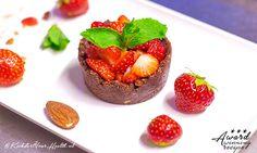 Deze suikervrije chocolade taartjes maak je eenvoudig en snel met maar 3 ingrediënten. Beleg de taartjes met aardbeien, de smaakcombinatie is verrukkelijk!