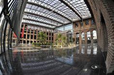 L'Atrium d'Euratechnologies : le futur de la région NPDC qui s'écrit avec cette reconversion d'une usine textile en centre d'accueil et de recherche pour les entreprises dédiées aux nouvelles technologies et au numérique.