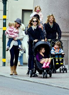 FREAKIN' EPIC!! Dave Grohl and Taylor Hawkins w/ their families and rock n' roll babies!
