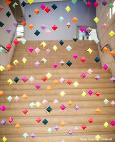 There is nothing like a fancy ceiling decked up with streams of festive bobbles for the occasion. http://www.decoinch.com/6-office-decoration-ideas-for-independence-day/