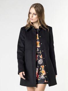 Cappotto Patrizia Pepe in panno di lana, collezione FW2015, chiusura con bottoni dorati nascosti. Disponibile nelle taglie 40, 42, 44, 46. Variante colore Nero