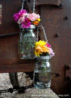 """Hanging Mason Jar Flower Vases With Frog Lids , Jarrones estilo """" Mason """" de vidrio como floreros, con tapa especial."""
