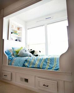 Verwandeln Sie den Fensterplatz im Kinderzimmer in bequeme Sitzecke