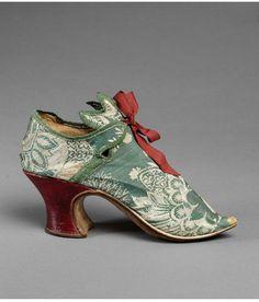Chaussure de femme en soie verte gancé de soie et ruban rouge.(c. 1700) V & A : M