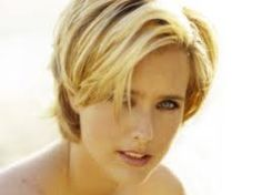 Elizabeth Téa Pantaleoni, better known by her stage name Téa Leoni. Cute hairstyle