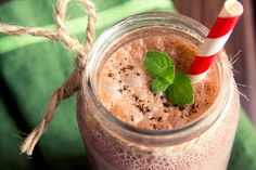 This smoothie from my new book, Eat Fat, Get Thin is power packed with creamy, healthy fat. Cacao not only adds. Menta Chocolate, Chocolate Caliente, Chocolate Shake, Chocolate Lovers, Chocolate Protein, Chocolate Frosty, Swiss Chocolate, Nutribullet Recipes, Smoothie Recipes