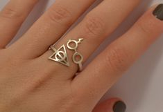 Is it possible to show your undying love for Harry Potter with just one piece of jewelry? It can be done with the Harry Potter Deathly Hallows Ring. Hey look! It worked. This handmade, sterling silver ring features Harry Potter Ring, Anillo Harry Potter, Harry Potter Schmuck, Bijoux Harry Potter, Hery Potter, Cadeau Harry Potter, Objet Harry Potter, Mode Harry Potter, Harry Potter Deathly Hallows