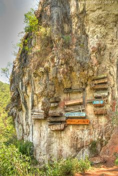 Hanging coffins in Sagada, Mountain Province, Philippines. Places Around The World, The Places Youll Go, Places To See, Around The Worlds, Laos, Vietnam, Philippines Travel, Mindanao, Viajes