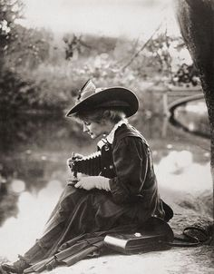 — Woman with Kodak camera (1900) (Tumblr)