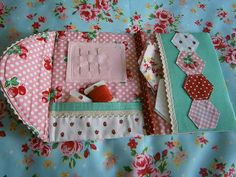ahhhhhhhhhhh so cute. Thimbles and Rings: Paper Piecing / Needle Book (no tutorial, but great inspiration! Hand Sewing Projects, Quilting Projects, Sewing Tutorials, Sewing Crafts, Sewing Patterns, Sewing Kits, Tatting Patterns, Needle Case, Needle Book