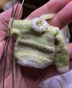 Keväisen keltavihreä villapaita, aikuisen 1:12 nuken kokoa