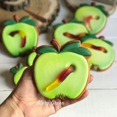 Apple biscuits with rubber worm! – Max cookies Apple biscuits with rubber worm! Apple Cookies, Iced Cookies, Royal Icing Cookies, Cookies Et Biscuits, Fancy Cookies, Cute Cookies, Cupcake Cookies, Dessert Halloween, Halloween Cookies